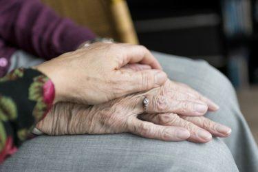 高齢夫婦の家計収支は毎月5万円の赤字