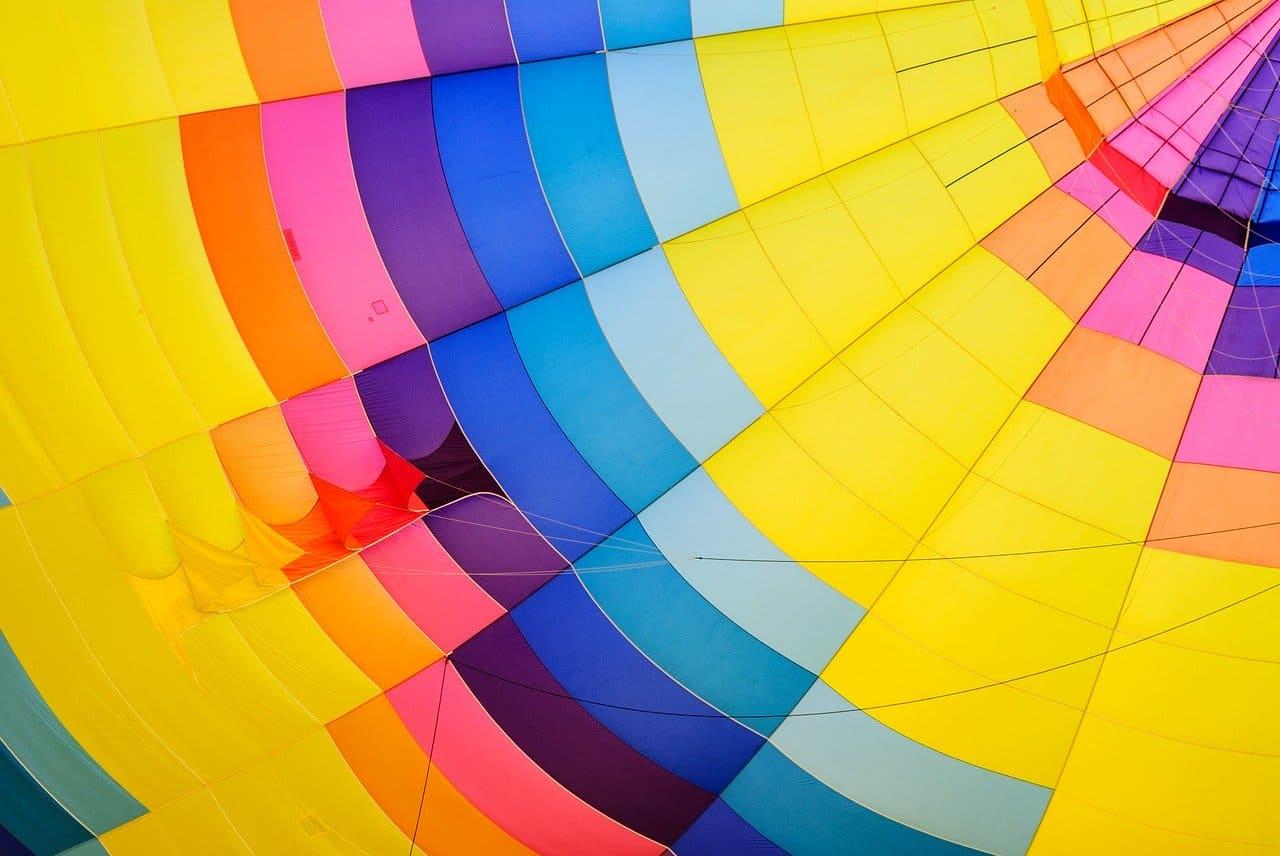 サラリーマンが付けている丸い虹色のカラフルなバッジはどこの所属???SDGsについて分かりやすく解説
